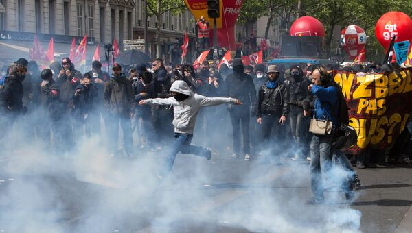 Участники беспорядков во время первомайских демонстраций в Париже