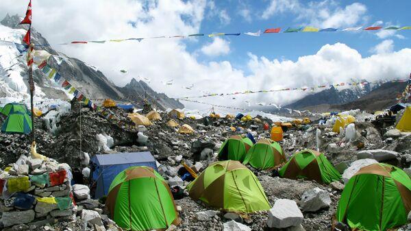 Палатки в базовом лагере Эвереста