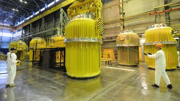 В цехе хранения и погрузки контейнеров для перевозки отработанного ядерного топлива