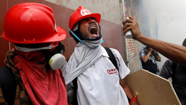 Сторонники оппозиции во время протеста против президента Венесуэлы Николаса Мадуро в Каракасе. Венесуэла, 3 мая 2017