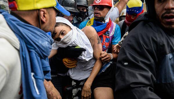 Оппозиционер во время протеста против президента Венесуэлы Николаса Мадуро в Каракасе. Венесуэла, 3 мая 2017