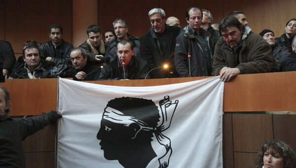 Демонстранты занимают корсиканскую ассамблею в Аяччо.Корсика,12 января 2008 года