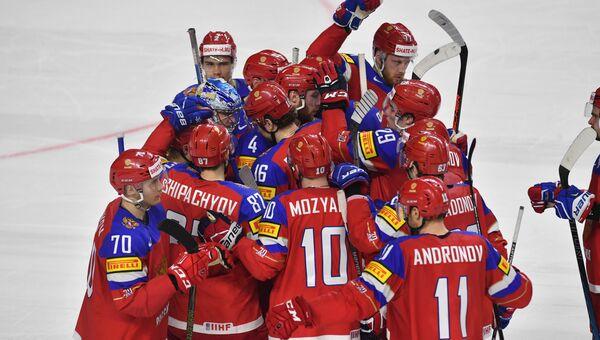 Игроки сборной России радуются победе в матче Чемпионата мира по хоккею против сборной Швеции