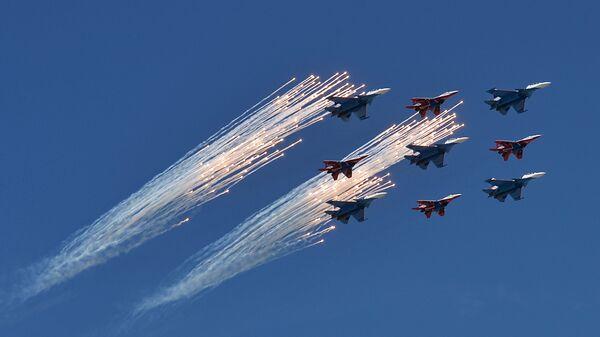 Многоцелевые истребители Су-30СМ пилотажной группы Русские Витязи. Архивное фото