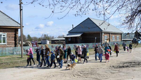 Участники акции Бессмертный полк в деревне Бобровка Омской области