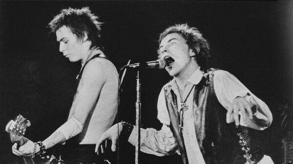 Сид Вишес и Джонни Роттен во время концерта Sex Pistols в Сан-Франциско