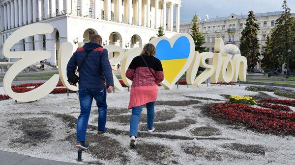 Вытоптанная клумба с символикой Евровидения в центре Киева. Архивное фото
