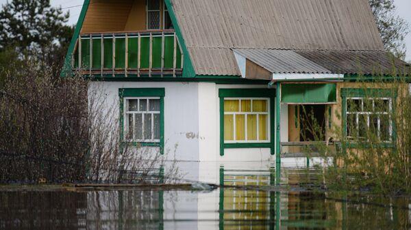Частный дом, подтопленный в результате сильного поднятия воды. Архивное фото