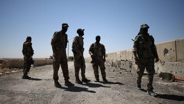 Бойцы Сирийских демократических сил (СДС) в городе Табка, Сирия. 12 мая 2017