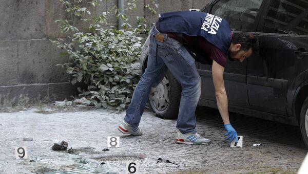 Сотрудник правоохранительных органов на месте взрыва. Архивное фото