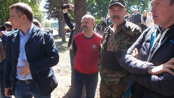 Радикалы, пытавшиеся провокационными действиями и оскорблениями сорвать в Днепре Марша Победы. Архивное фото