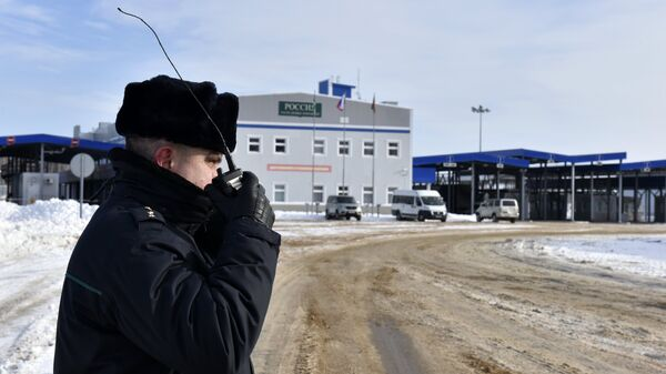 Пограничник на многостороннем автомобильном пункте пропуска Новые Юрковичи в Брянской области