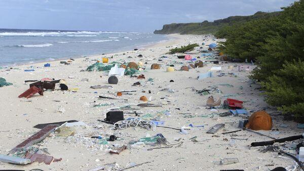 Мусор на пляже острова Хендерсон в Тихом океане