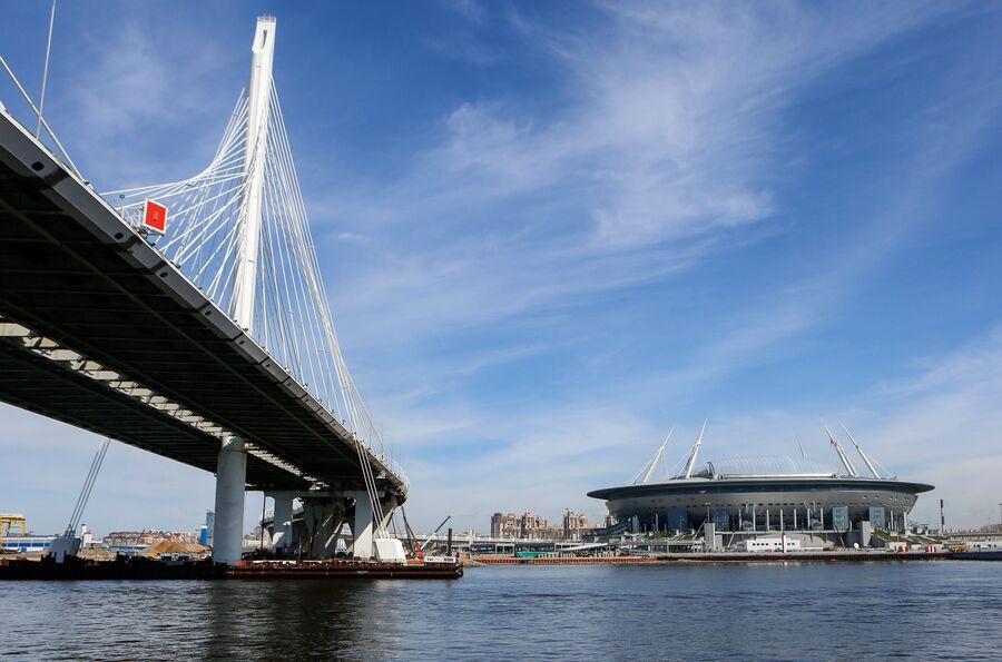 Стадион Санкт-Петербург Арена на Крестовском острове и мост через Петровский фарватер
