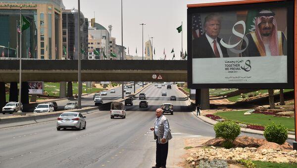 Плакат с изображением президента США Дональда Трампа и короля Саудовской Аравии Салмана бен Абдель Азиз Аль Сауда в Эр-Рияде. Архивное фото