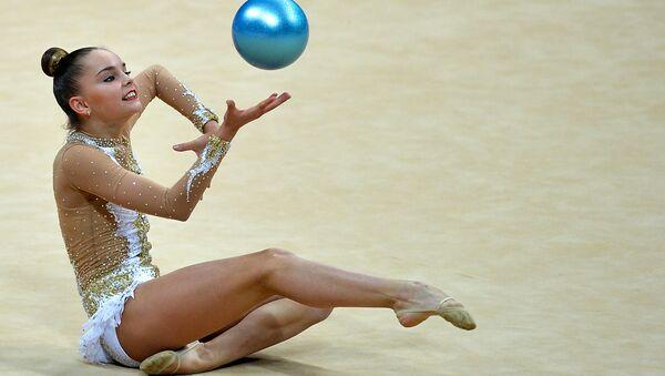 Арина Аверина (Россия) выполняет упражнения с мячом. Архивное фото