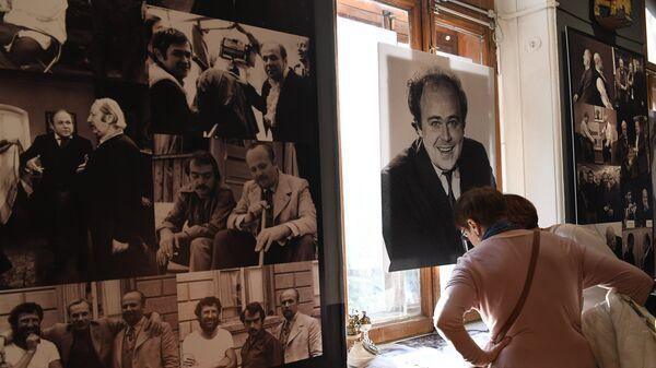 Посетители на выставке Александр Калягин. Роли, которые нас выбирают в Театральном музее имени А. А. Бахрушина