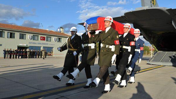 Официальная церемония передачи тела российского летчика Су-24 Олега Пешкова в аэропорту Эсенбога в Анкаре. Архивное фото