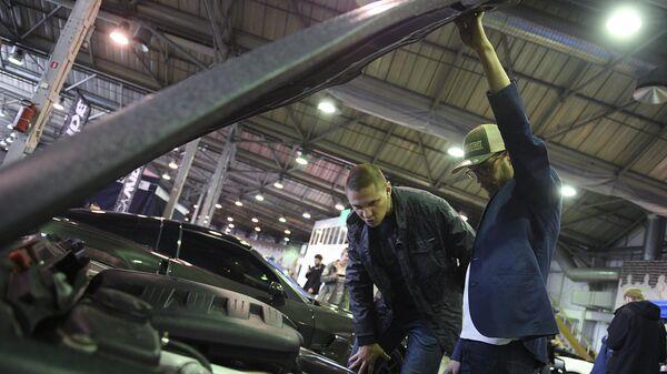 Посетители на шоу авто тюнинга в Сокольниках