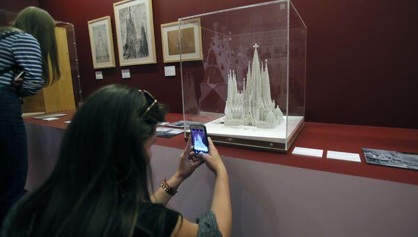 Посетительница на выставке Антонио Гауди. Барселона в Московском музее современного искусства. Макет храма Святого семейства. Масштаб 1:400