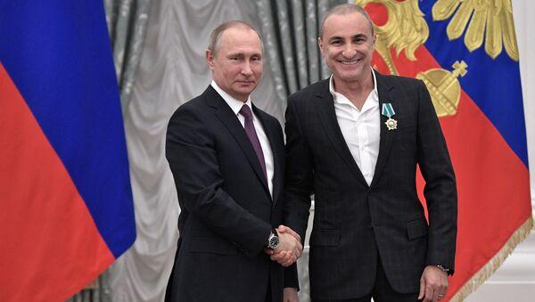 Президент РФ Владимир Путин и Михаил Турецкий на церемонии вручения государственных наград в Кремле. 24 мая 2017