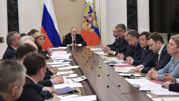 Президент РФ Владимир Путин проводит совещание с членами правительства РФ. 24 мая 2017