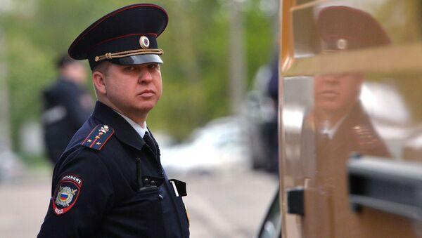 Сотрудник полиции у жилого дома, где сотрудники ФСБ РФ задержали членов террористической группы, входящей в запрещенную в России организацию Исламское государство