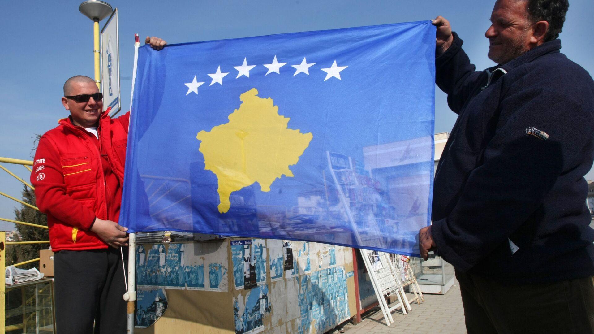 Жители Приштины с флагом самопровозглашенной респупблики Косово - РИА Новости, 1920, 07.02.2021