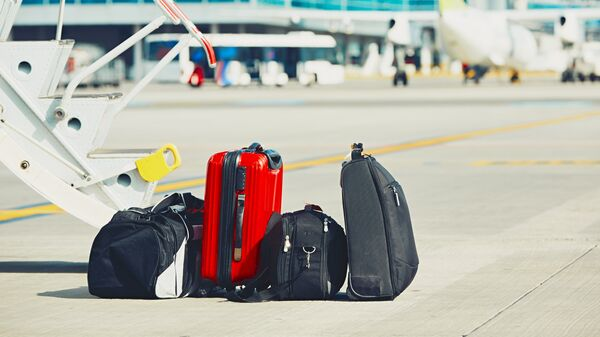 Багаж возле трапа самолета