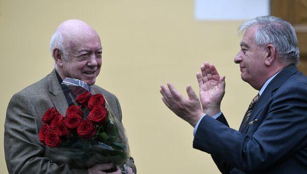 Президент Ассоциации художников театра, кино и телевидения Москвы, художник Борис Мессерер (слева) на церемонии вручения Новой Пушкинской премии-2017 в Москве