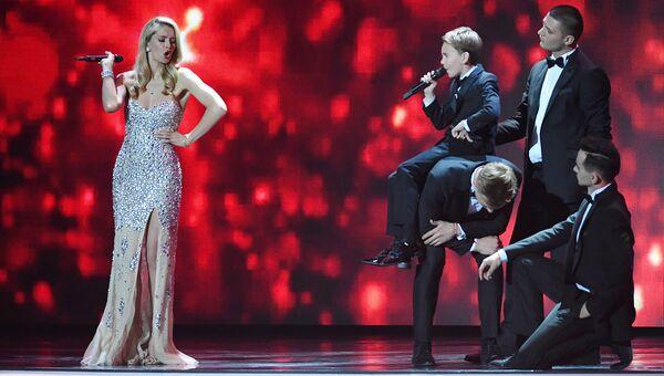 Вера Брежнева и Кирилл Есин во время выступления в финале шоу Ты супер!