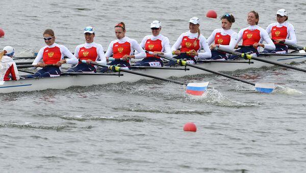 Участники Чемпионата России по академической гребле во время финального заезда среди женских восьмерок