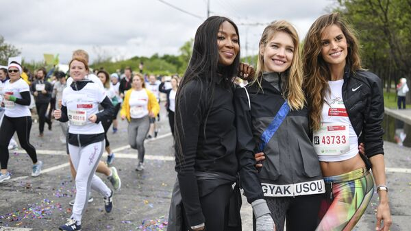 Модель Наоми Кэмпбелл, основатель фонда Обнаженные сердца Наталья Водянова и модель Изабель Гулар (слева направо) во время благотворительного зеленого марафона Бегущие сердца