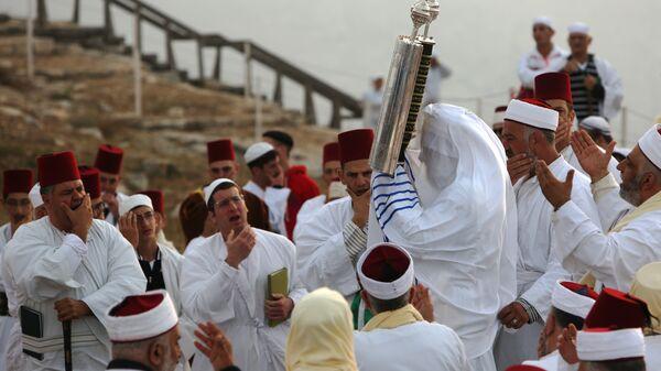 Иудеи молятся а вершине горы Гаризим во время праздника Шавуот