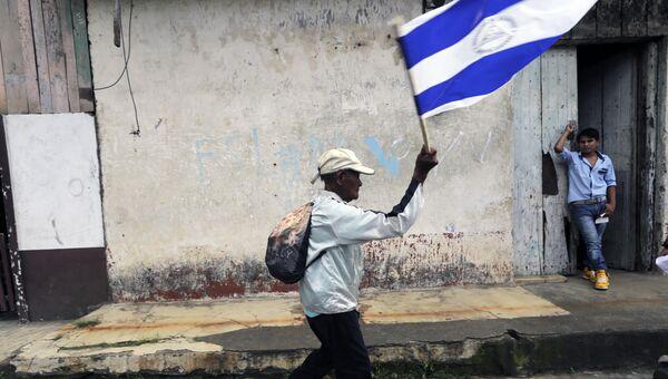 Мужчина с национальным флагом. Архивное фото