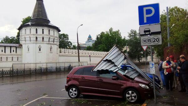 Автомобиль, пострадавший в результате урагана в Москве. Архивное фото