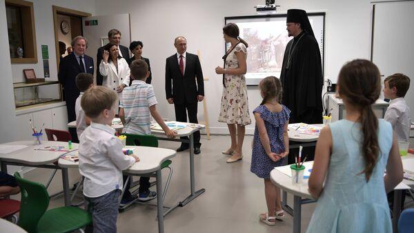 Путин во время посещения Российского духовно-культурного центра в Париже