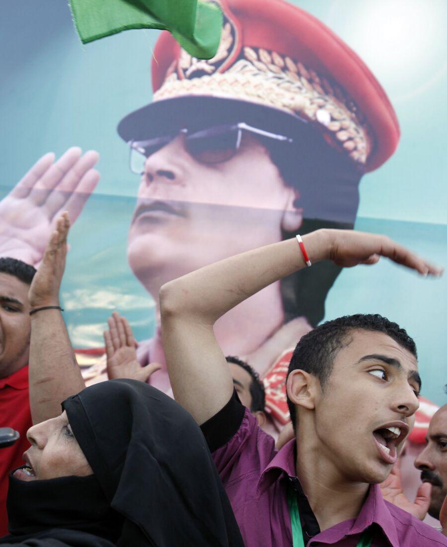 Сторонники Муаммара Каддафи на центральной площади Триполи. 19 мая 2011