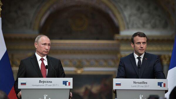 Владимир Путин и президент Франции Эммануэль Макрон во время совместной пресс-конференции в Версальском дворце. 29 мая 2017