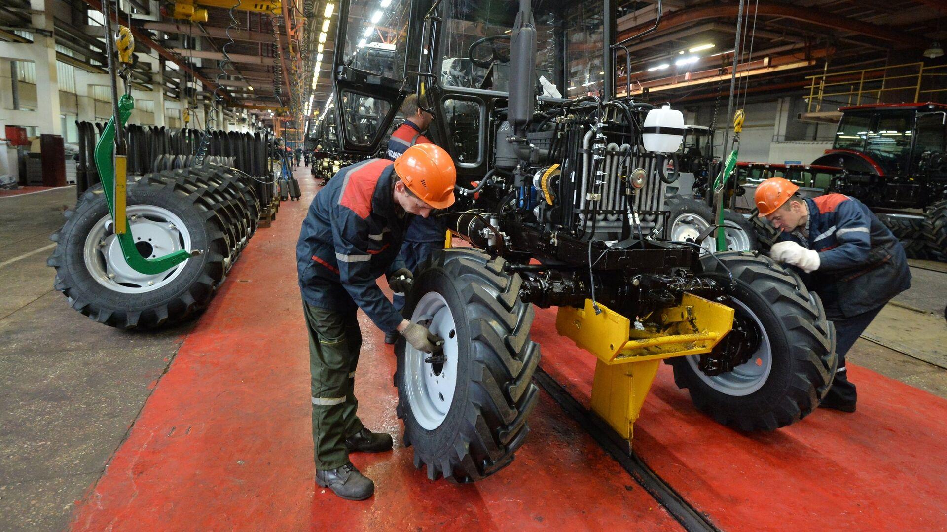 Производство тракторов Беларус на главном конвейере Минского тракторного завода - РИА Новости, 1920, 26.10.2020