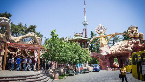 Вход в парк развлечений Бомбора на горе Мтацминда, Тбилисская телебашня. Архивное фото