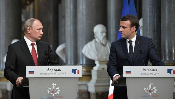 Президент РФ Владимир Путин и президент Франции Эммануэль Макрон во время совместной пресс-конференции по итогам российско-французских переговоров в Версальском дворце