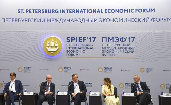 """Панельная сессия """"Автомобилестроение — новые возможности в борьбе за лидерство на мировом рынке"""" на Петербургском международном экономическом форуме 2017"""