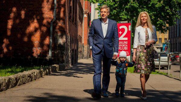 Мэр Риги Нил Ушаков с семьей по дороге на избирательный участок