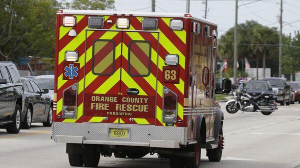 Автомобиль скорой помощи на месте стрельбы в Орландо, США