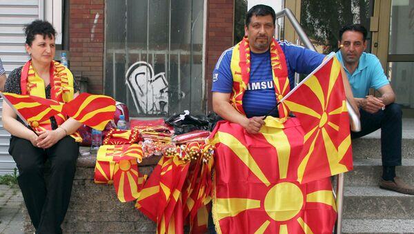 Жители Скопье с флагами Македонии. Архивное фото