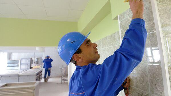 Рабочие делают ремонт. Архивное фото