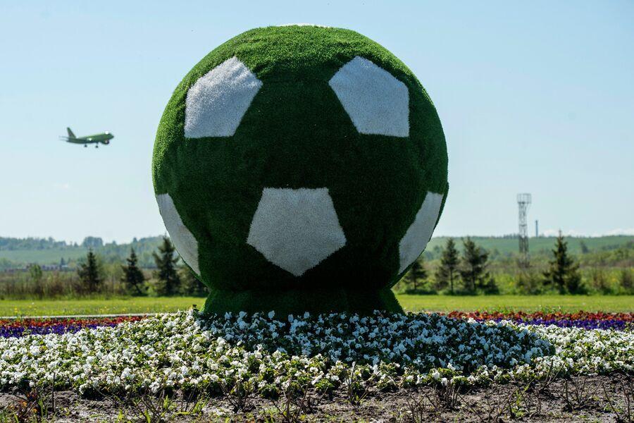 Наружная реклама Кубка Конфедераций 2017 в форме футбольного мяча на въезде в аэропорт Пулково