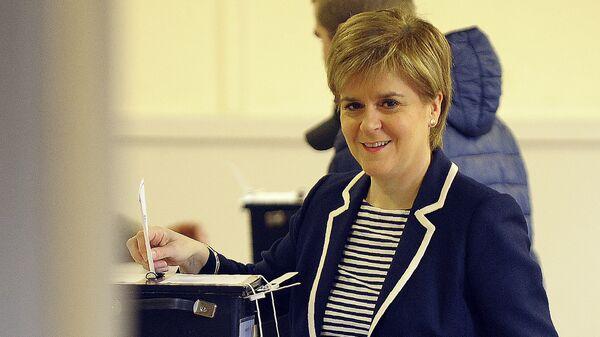 Первый министр Шотландии, лидер Шотландской национальной партии Никола Стерджен голосует на избирательном участке в Глазго, Шотландия. 8 июня 2017