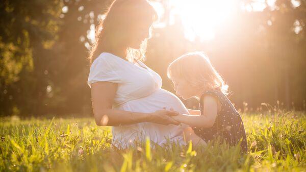 Беременная мама с ребенком